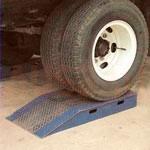 2. Set de 4 ridicătoare pentru roți cu 100 mm – permite creșterea suplimentară a înălțimii vehiculului, dacă ridicarea la nivelul standard nu este suficientă pentru efectuarea lucrărilor din depozit.